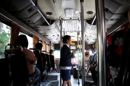 バンコクのバスに乗ってる集金のオバちゃん